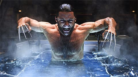 Pitkäkyntinen hirviömies irvistelee kylpyammeessa