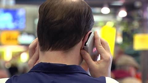 Mies puhuu kännykkään