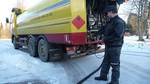 Markku Vihermaa työssään öljyauton kanssa.