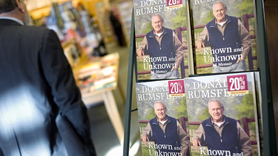 Donald Rumsfeldin muistelmateosta Known and Unknown  myynnissä washingtonilaisessa kirjakaupassa.