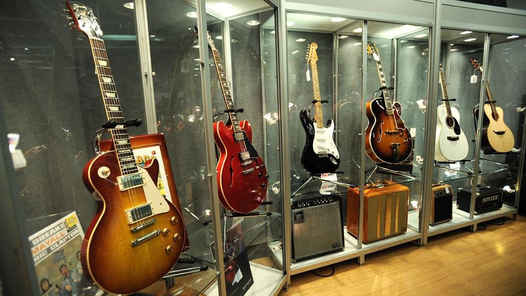Osa Eric Claptonin huutokaupatuista kitaroista.