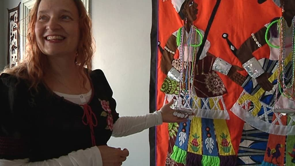 Kuvassa afrikkalaisia ihmisiä pukeutuneena värikkäisiin asuihin ja koruihin.