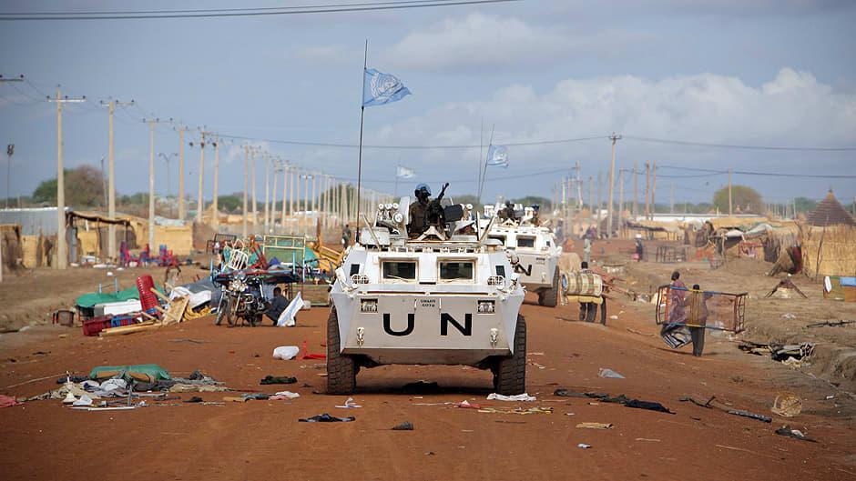 YK:n UNMIS-rauhanturvaoperaatioon kuuluvat sambialaiset rauhanturvaajat partioivat Abyeissa.