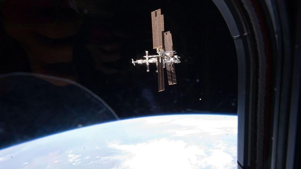 Kansainvälinen avaruusasema avaruussukkula Atlantikselta nähtynä.