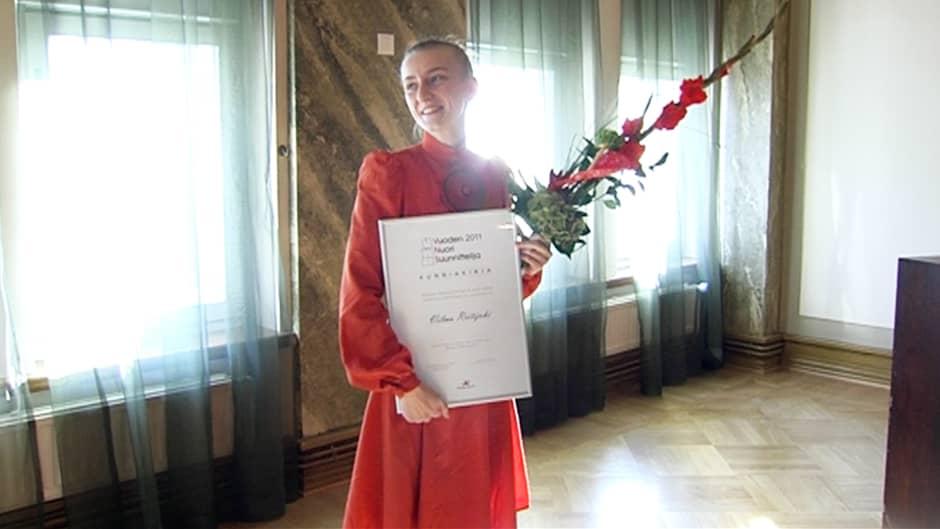 Vilma Riitijoki ottaa vastaan vuoden nuori suunnittelija  2011 -palkinnon Helsingissä.