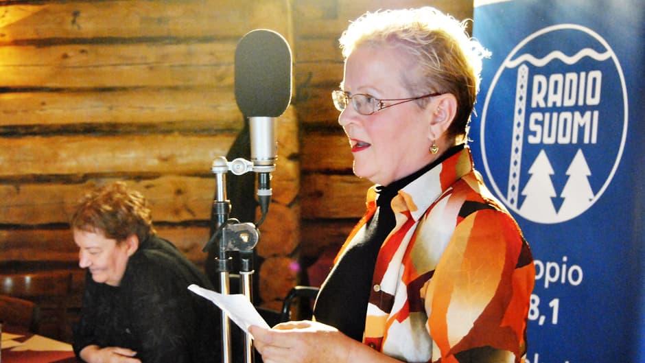 Seija Hämäläinen esiintyy Runopuulaaki-kilpailun lavalla lokakuussa 2010.