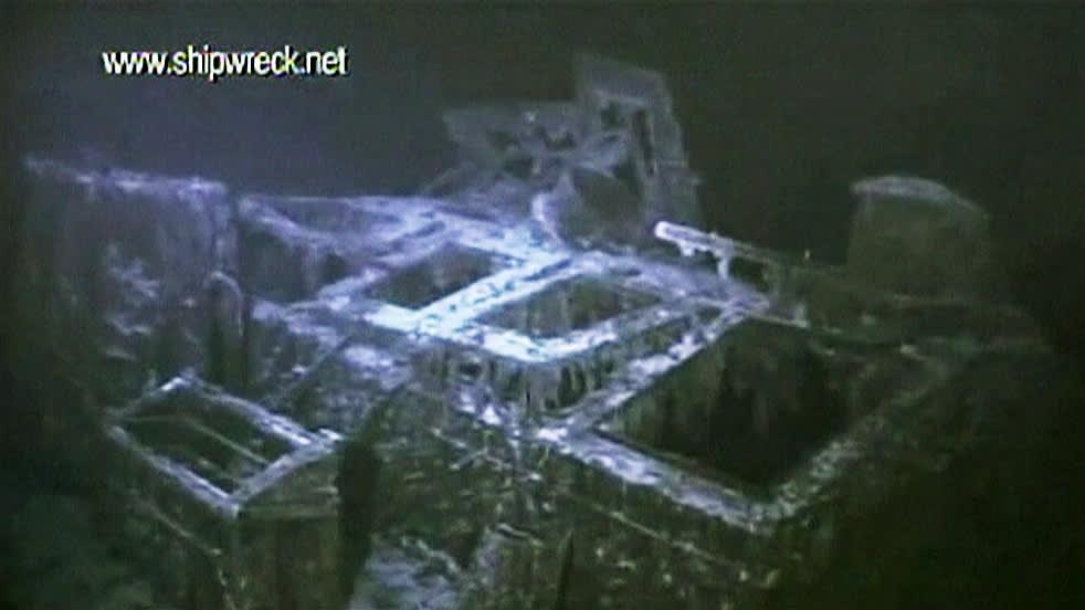 Merenpohjalla olevan aluksen osia.