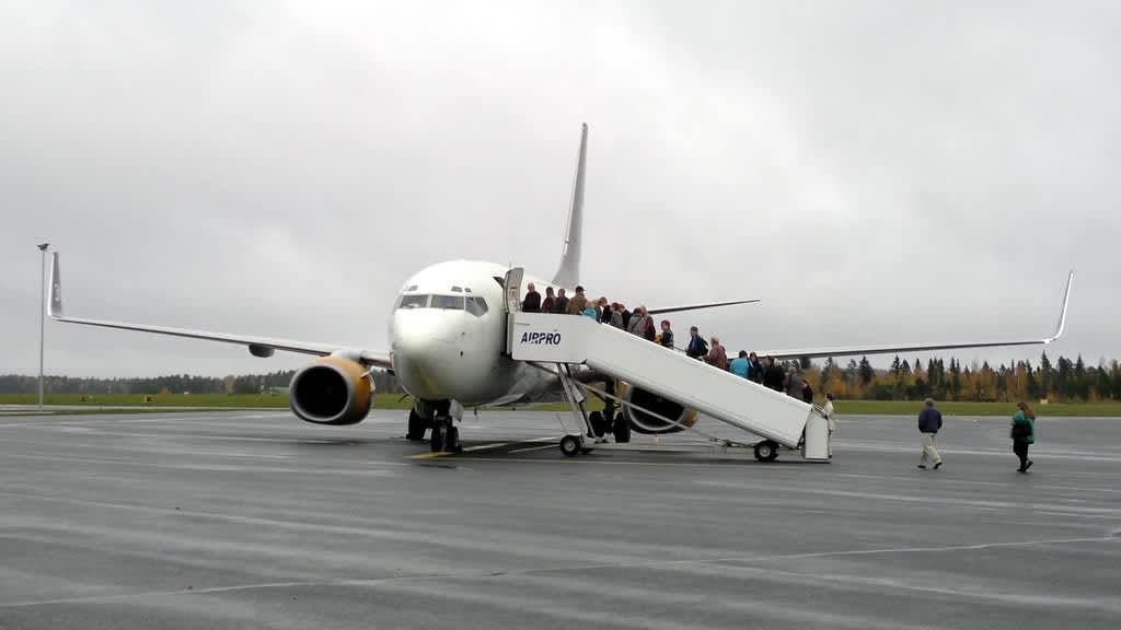 Matkustajat nousemassa lentokoneeseen.