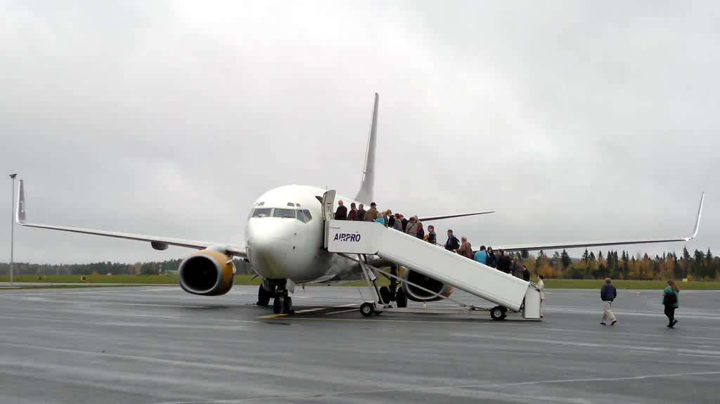 Matkustajat nousemassa Kreetalle lähtevään lentokoneeseeen Kuopion lentoasemalla.