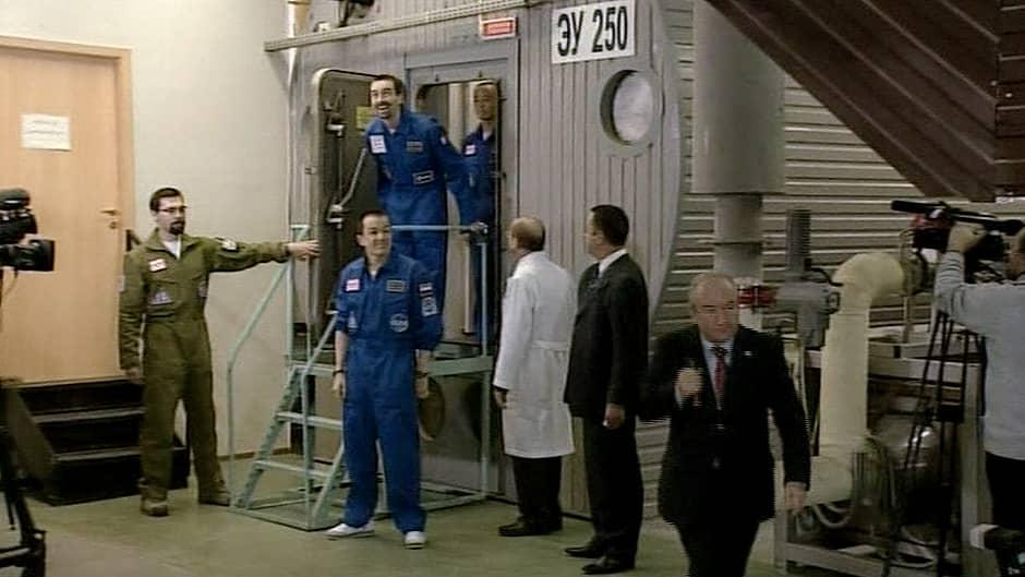 Mars-simulaatioon osallistuneet vapaaehtoiset astuvat ulos testilaboratoriosta.