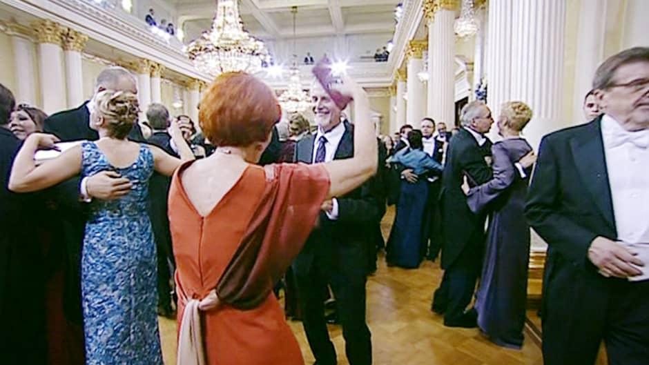 Itsenäisyyspäivän juhlavastaanoton vieraita tanssilattialla.