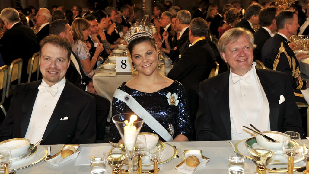 Fyysikko Adam G. Riess, kruununprinsessa Victoria ja fyysikko Brian P. Schmidt Nobel-gaalaillallisella.