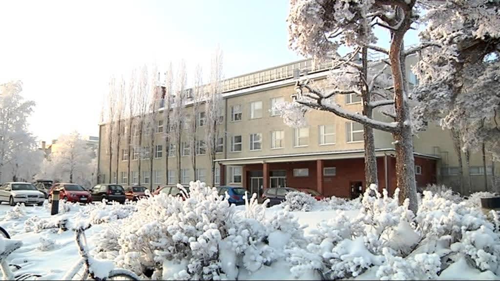 Joensuun Lyseon lukio aurinkoisena talvipäivänä.