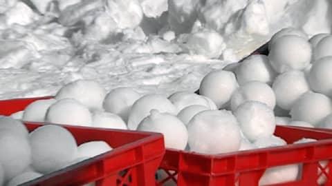 Leipälaatikot täynnä lumipalloja.