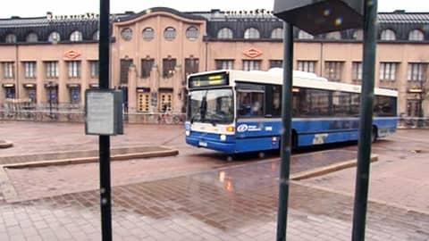 Helsingin Bussiliikenteen auto lähdössä Elielinaukiolta