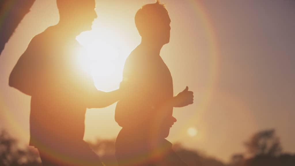 Kaksi nuorta miestä lenkillä.