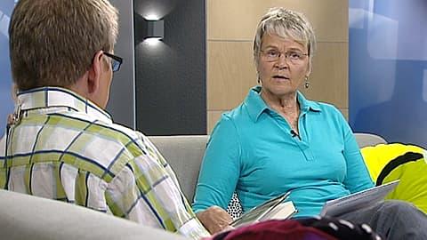 Kirjailija Raili Mikkanen Aamu-tv:n haastattelussa.