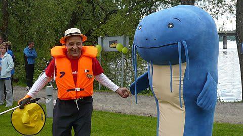 Maakuntajohtaja Juhani Honka on paljastanut Vanajavesikeskuksen maskotin ja symbolin, sinisen monnin.
