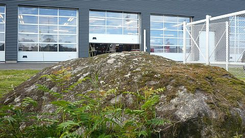 Rautakauden asuinpaikasta kertova muinaismuisto on jäänyt autokauppojen jalkoihin