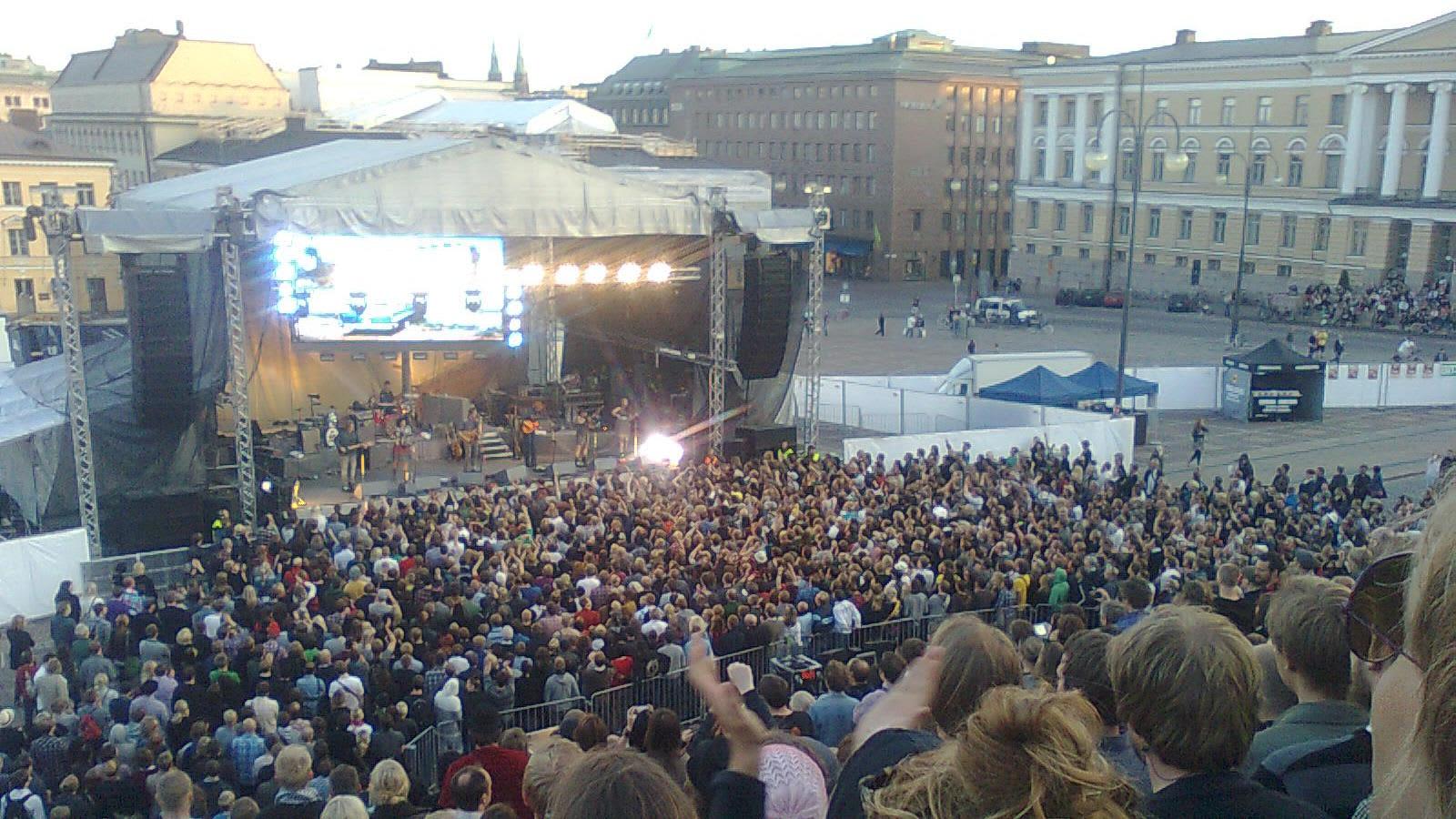 Arcade Fire soittaa Senaatintorilla Helsingissä.