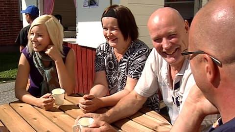 Kuvassa Annukka Valo, Paula Koski, Kimmo Alaspää ja Antti Pöyhönen Räyringin kesäkioskilla kahvilla.