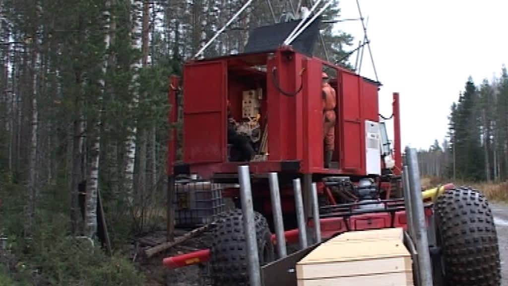 Kuvassa kairauskone Ullavan Läntässä