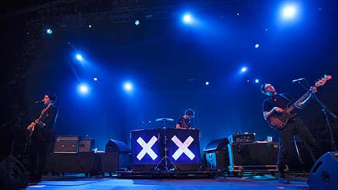 The xx -yhtye esiintymässä.