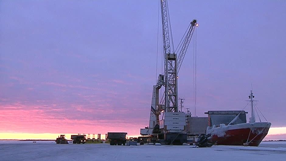 Kierrätysterästä puretaan laivasta Tornion Röyttän satamassa.