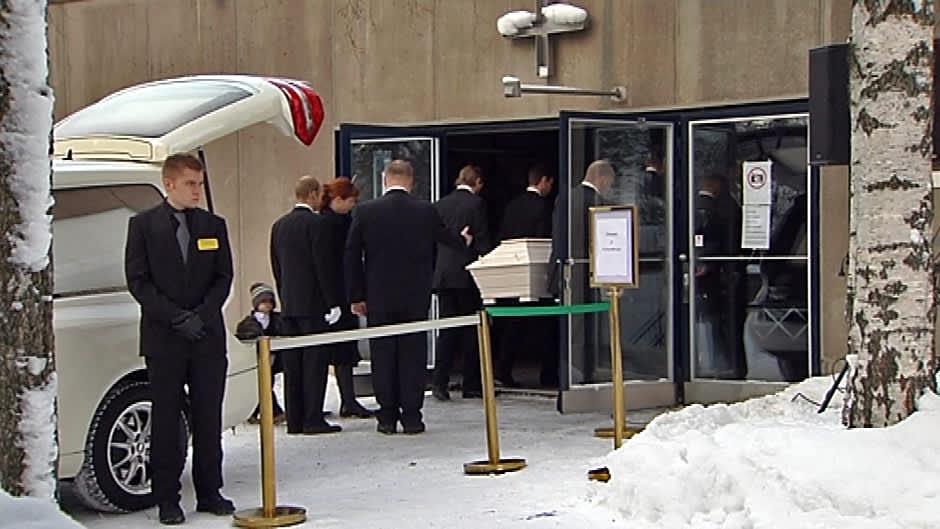Kari Tapion arkku kannetaan kirkkoon