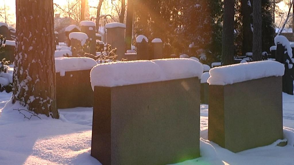 Haudoilla käydään tänä jouluna muistamassa läheisiä talvisissa tunnelmissa.