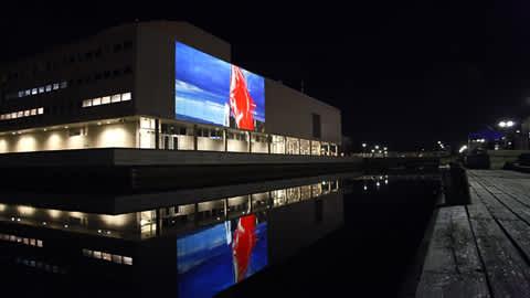 Näyttävä videoinstallaatio valaisi lokakuista Oulun toria 2.10.2009.