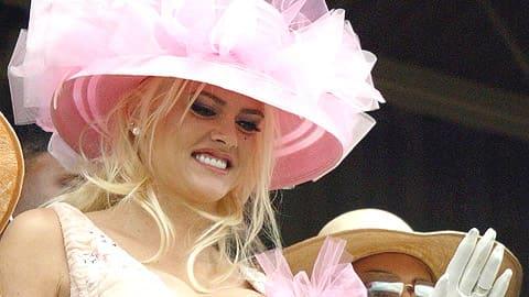 Anna Nicole Smih vilkuttaa vaaleanpunaisessa tyllihatussa