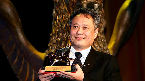 Ang Lee voitettuaan Kultaisen leijonan elokuvastaan Lust, caution Venetsian filmifestivaaleilla 8. syyskuuta 2007.