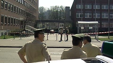 Poliiseja ampumapaikan ulkopuolella