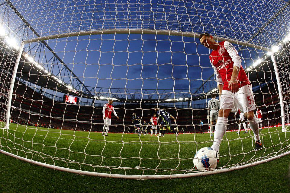 Arsenalin pelaaja hakee palloa omasta maalista.