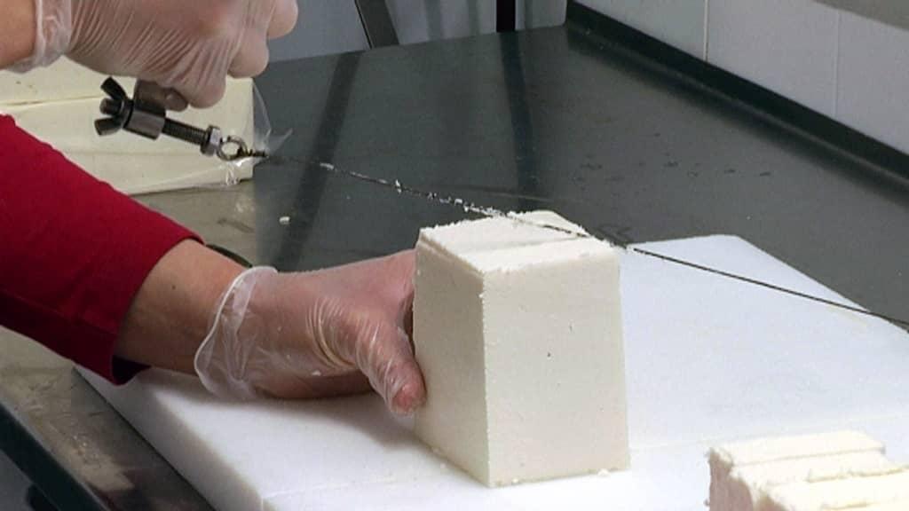 Lampaanmaitojuustoa leikataan