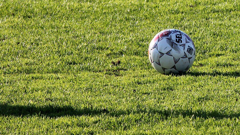 Jalkapallo pelikentällä.
