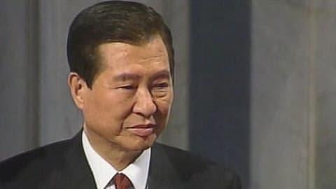 Etelä-Korean entinen presidentti Kim Dae-jung vastaanottamassa Nobelin rauhanpalkintoa vuonna 2000.