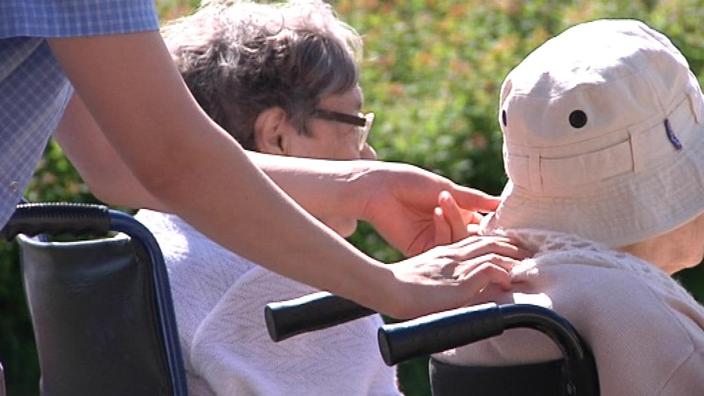 Vanhukset nauttivat kesäpäivästä