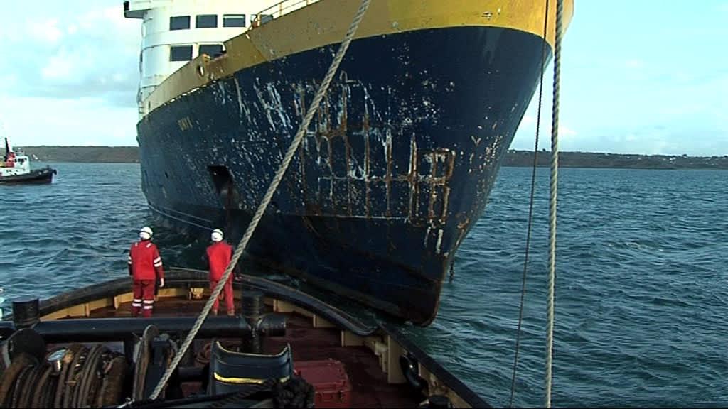 Keulasta vaurioitunutta laivaa ohjataan.
