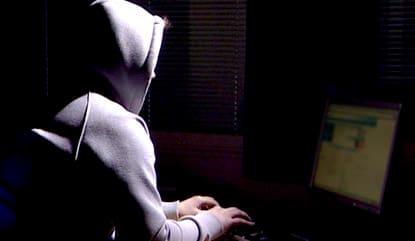 Henkilö tietokoneella