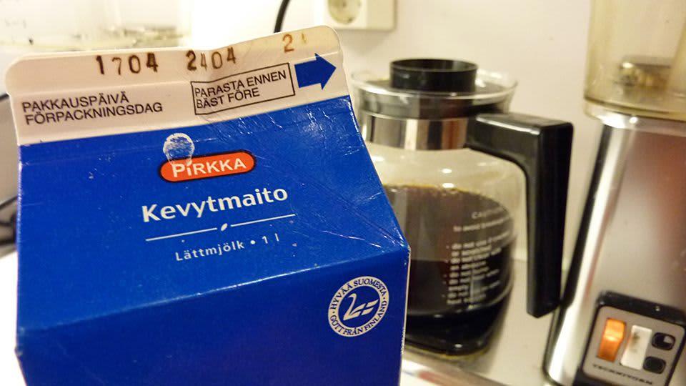Maitopurkki kahvinkeittimen edessä.