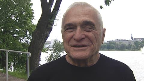 Yhdysvaltalainen runoilija John Giorno Helsingissä taustallaan Töölönlahti.