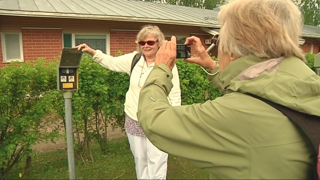 Turisti ottaa kuvaa lämmitystolpasta.
