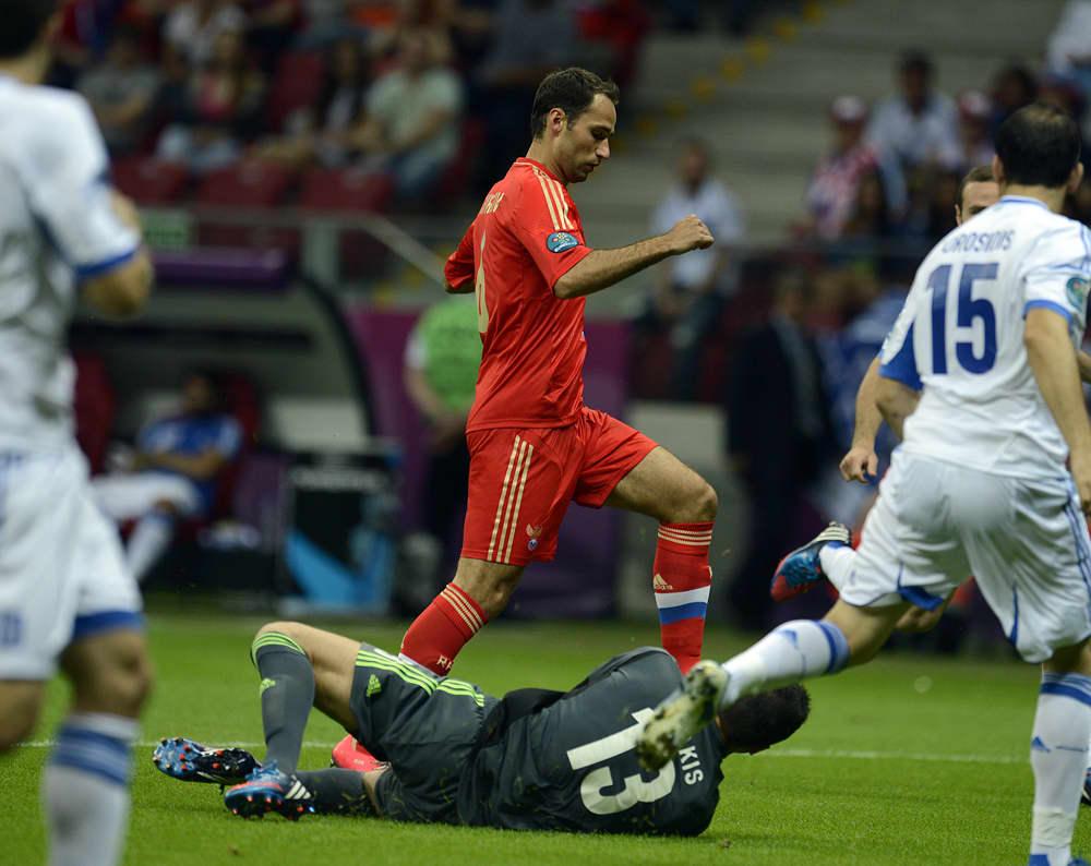Roman Shirokov yrittää päästä Kreikan puolustuksen läpi.