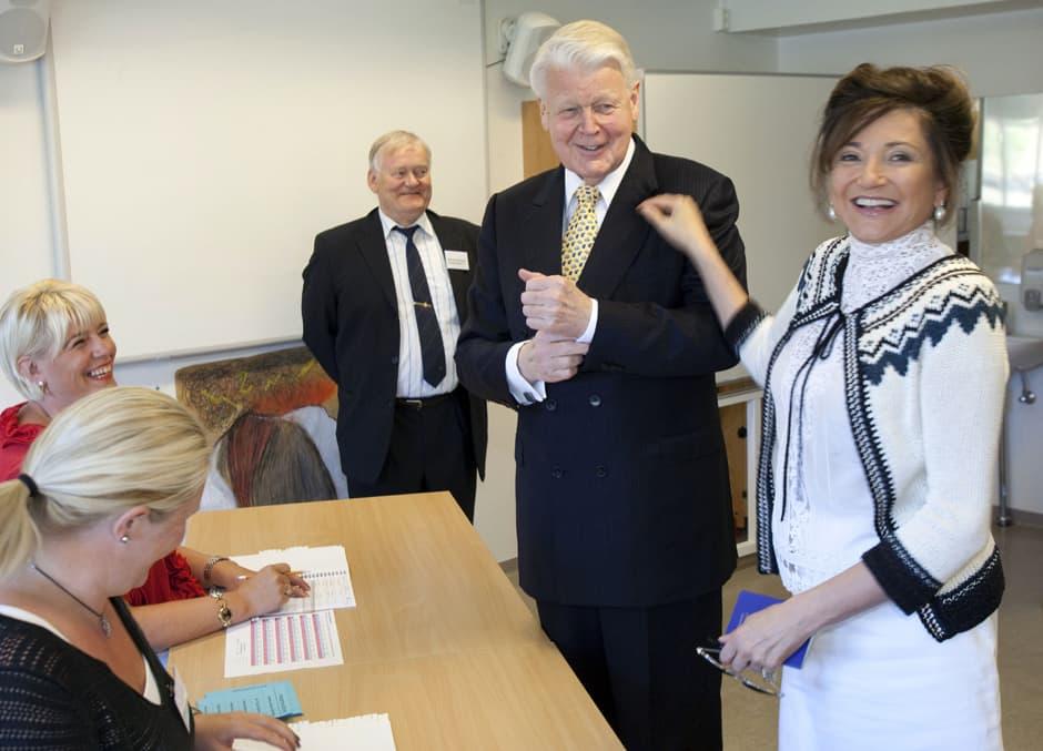 Presidentti vaimoineen nauraa vaalivalvojien kanssa.