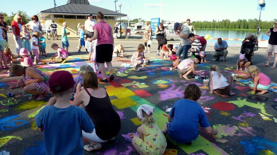 Hulivilikarnevaalien katutaidetapahtumassa maalattiin värikkäitä kuvia.