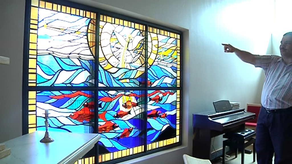 Jari Hangassalo esittelee Pietarsaaren seurakuntakeskuksen lasimaalausta