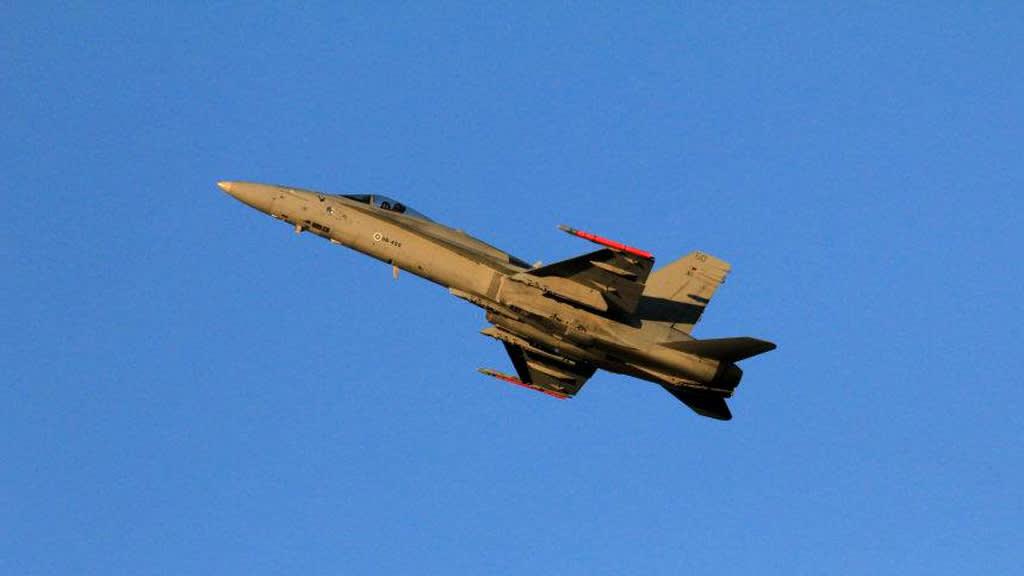 Suomen ilmavoimien Hornet sinisellä taivaalla.