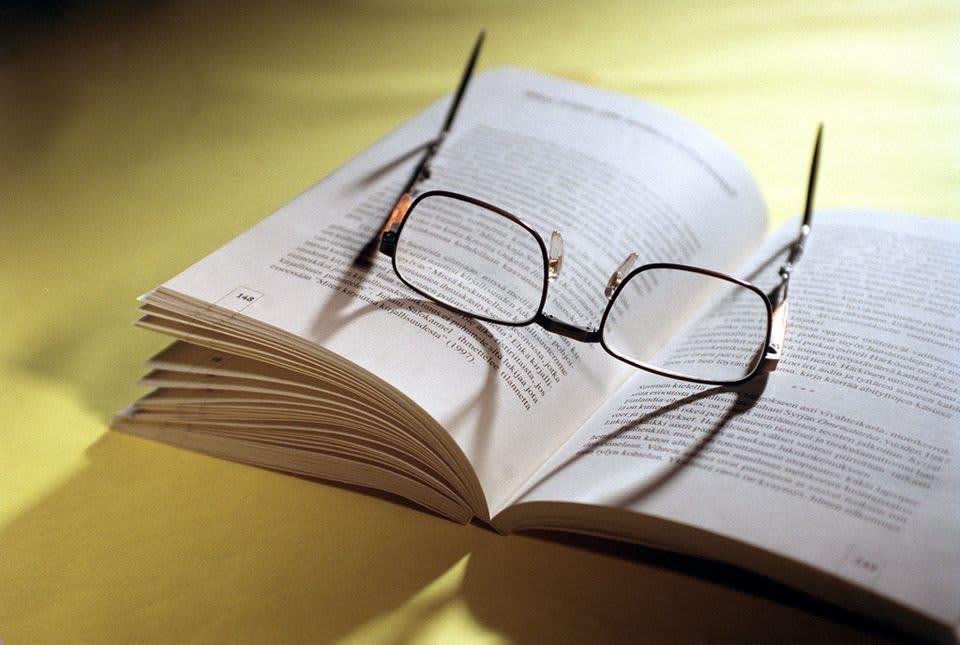 Kirja ja silmälasit